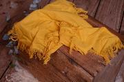 Tejido con flecos amarillo mostaza